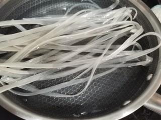 酸辣寬粉,寬粉提前用水泡一下。