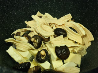 鹵豆干,倒入泡好的香菇和腐竹