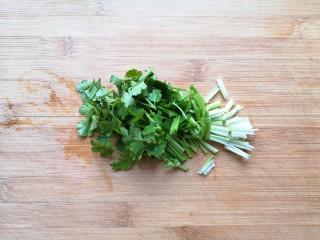 酸辣寬粉,香菜洗干凈切碎。