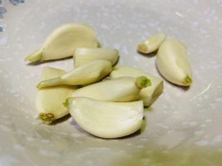 蒜蓉西蘭花,蒜頭去皮,壓成蒜蓉