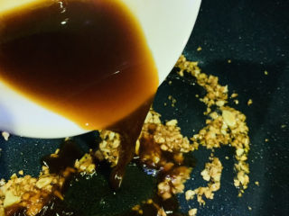 蒜蓉西蘭花,待蒜蓉炒至金黃色,加入調好的料汁