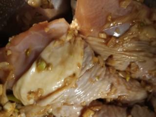 蒜香雞腿,腌制兩個小時。