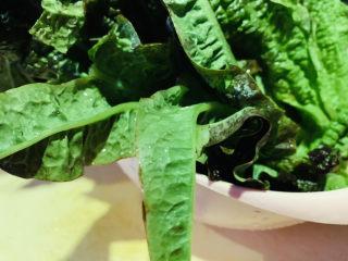 清炒萵筍葉,放籃子瀝干水