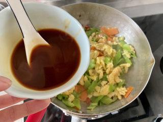 尖椒炒雞蛋?尖椒胡蘿卜炒雞蛋,澆上調味汁,翻炒均勻,即可出鍋
