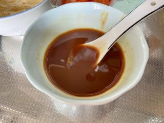 尖椒炒雞蛋?尖椒胡蘿卜炒雞蛋,四湯匙清水,攪拌均勻