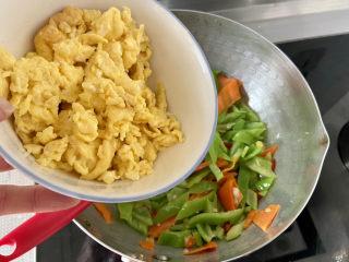 尖椒炒雞蛋?尖椒胡蘿卜炒雞蛋,加入炒蛋,翻炒均勻