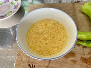 尖椒炒雞蛋?尖椒胡蘿卜炒雞蛋,雞蛋打入碗中,攪打成均勻蛋液