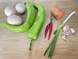 尖椒炒雞蛋?尖椒胡蘿卜炒雞蛋,食材合照:蟲草蛋三個,尖椒兩個,胡蘿卜一小節,小米辣兩個,小蔥一根,蒜三瓣