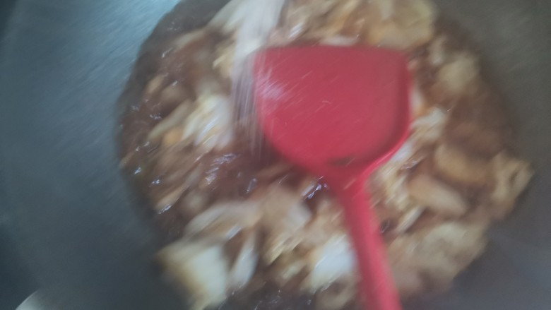 白菜炒豆腐,加入适量的盐调味