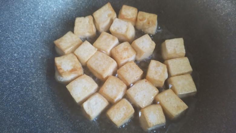 白菜炒豆腐,起锅烧油,下入豆腐小火煎至表面金黄焦脆,盛出备用