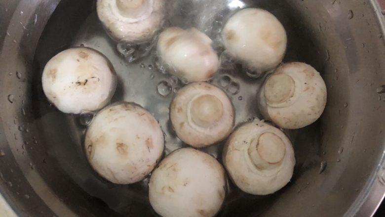 炒口蘑,口磨清洗一下