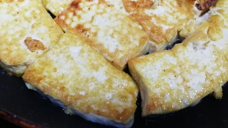 白菜炒豆腐,煎到两面金黄,盛出备用。