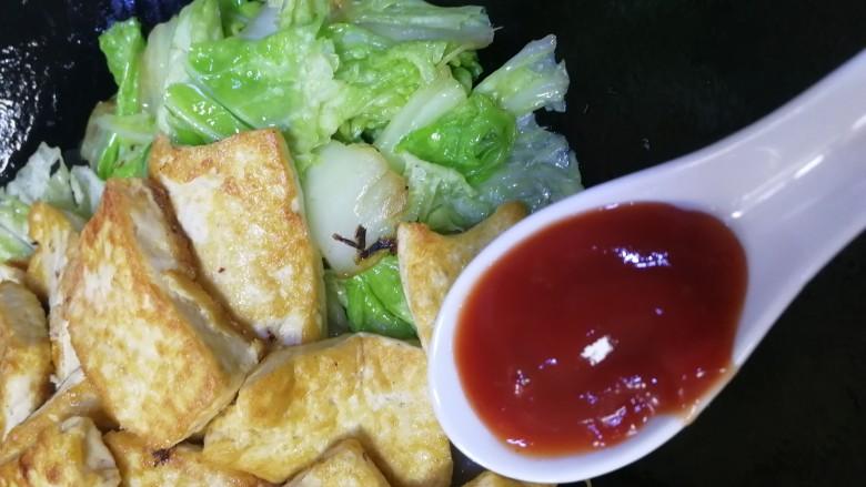 白菜炒豆腐,菜叶变软,放入煎好的豆腐,加一汤匙番茄沙司,文火炒匀。