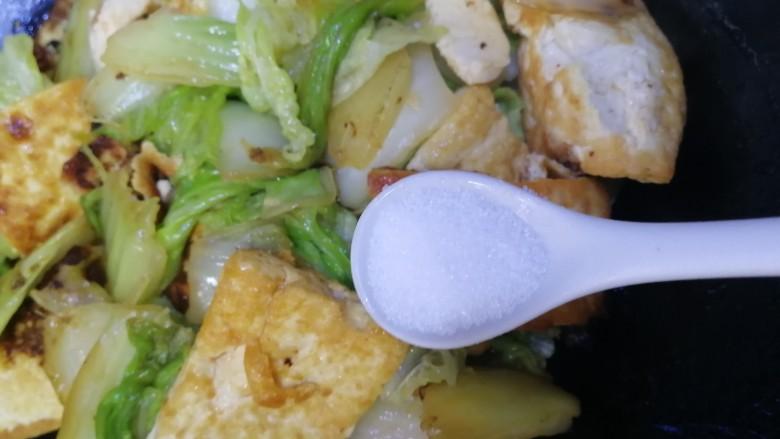 白菜炒豆腐,加盐炒匀增味。