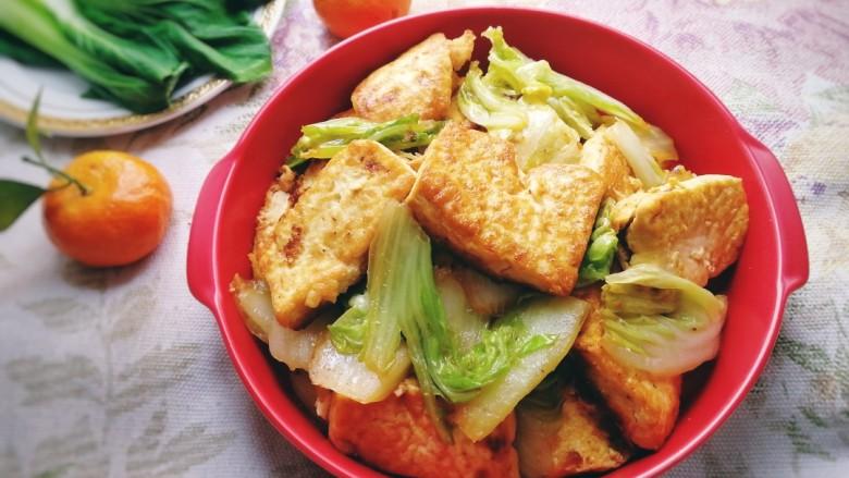 白菜炒豆腐,豆腐外焦里嫩,白菜清脆可口,鲜香入味。