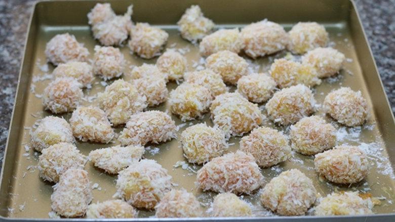 新奥尔良烤鸡米花,烤箱预热180度,把鸡肉丁全部弄好