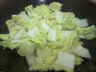 白菜炒豆腐,洗一下锅,大火把锅烧热下油,然后下白菜(煎豆腐的油也可以一起倒下去)