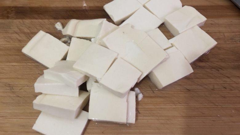白菜炒豆腐,切小块