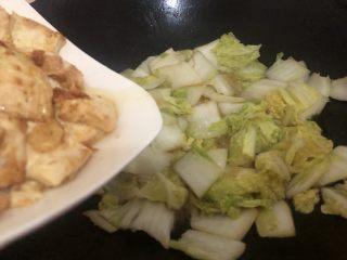 白菜炒豆腐,转中火下豆腐