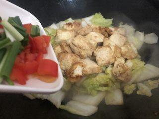 白菜炒豆腐,跟着下红椒、葱