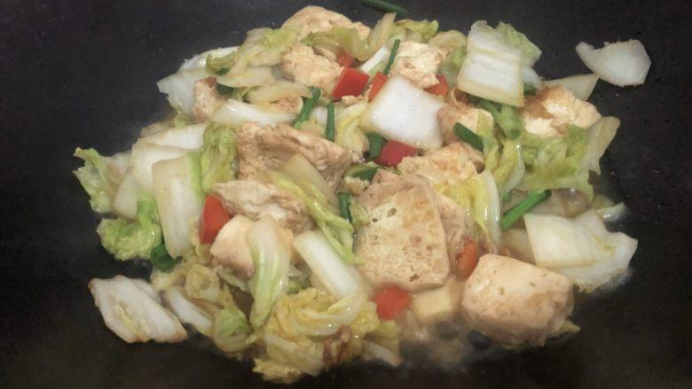 白菜炒豆腐,翻炒一分钟左右即可