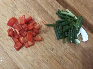 白菜炒豆腐,红椒、葱切好