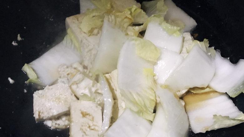 白菜炒豆腐,继续煮2分钟左右
