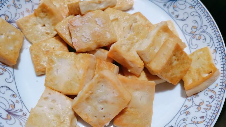 白菜炒豆腐,煎至两面微黄再把它盛出来