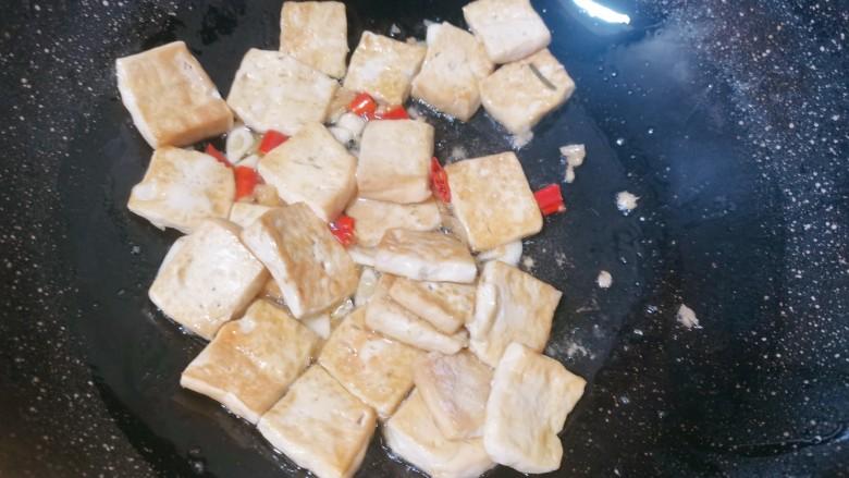 白菜炒豆腐,倒入煎好的豆腐