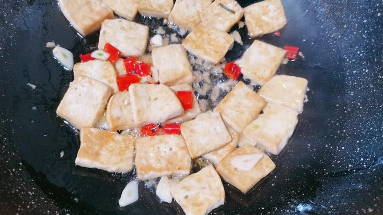 白菜炒豆腐,加入食用盐翻炒均匀