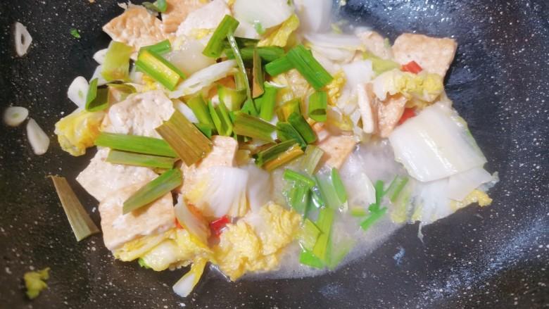 白菜炒豆腐,撒上蒜苗