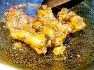 啤酒鸡翅根,小火收干汤汁,也可以再撒上黑胡椒碎更香