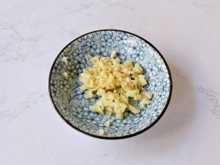 茄汁鹌鹑蛋,蒜切末