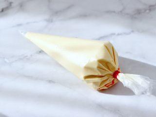 酸奶水果松饼,翻拌好的面糊装入裱花袋里。