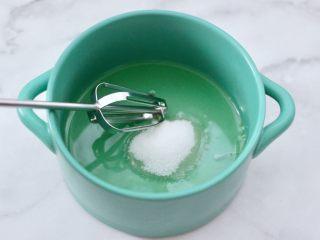 酸奶水果松饼,蛋清放入无油无水的容器,把白糖分3次加入。