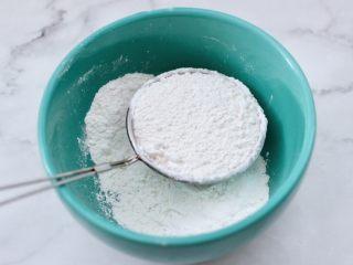 酸奶水果松饼,把低筋面粉过筛放入容器中。