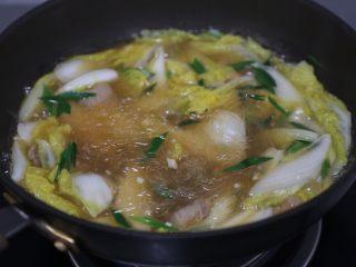 白菜粉丝汤,最后加入剩下的蒜苗,煮约1分钟即可