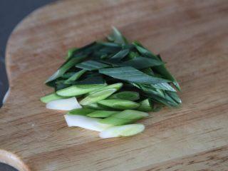 白菜粉丝汤,蒜苗切段