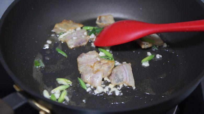 白菜粉丝汤,加入蒜末和部分蒜苗炒香