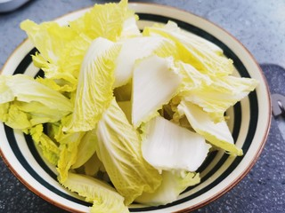 白菜炒豆腐,娃娃菜清洗干净控水,切块