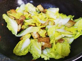 白菜炒豆腐,快速翻炒均匀