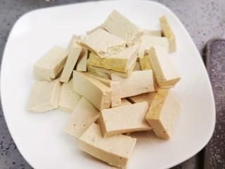 白菜炒豆腐,豆腐切块