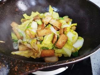 白菜炒豆腐,快速翻炒均匀即可上桌