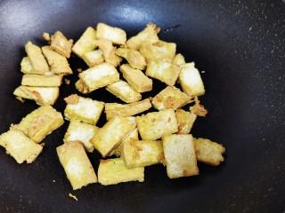 白菜炒豆腐,放入豆腐煎至双面焦黄上色备用