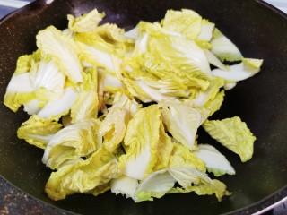 白菜炒豆腐,放入白菜快速翻炒均匀