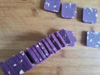 紫薯花生饼干🍪,切成0.5厘米厚的饼干坯