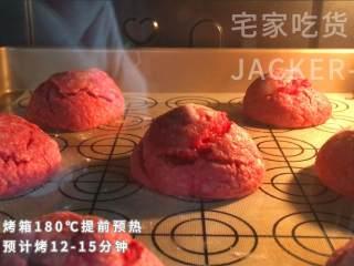 双色奶酪曲奇,做法简单不需模具,奶香味浓郁,满满的新年气息。,烤箱180℃提前预热,烤12-15分钟。