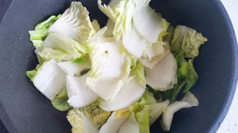 白菜炒豆腐,加入白菜,