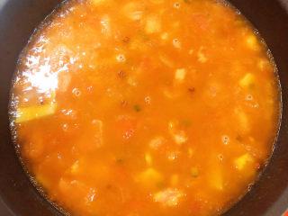 茄汁龙利鱼,加入水,开锅后,慢炖。