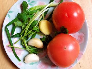 茄汁龙利鱼,准备好西红柿、葱姜蒜、香菜。